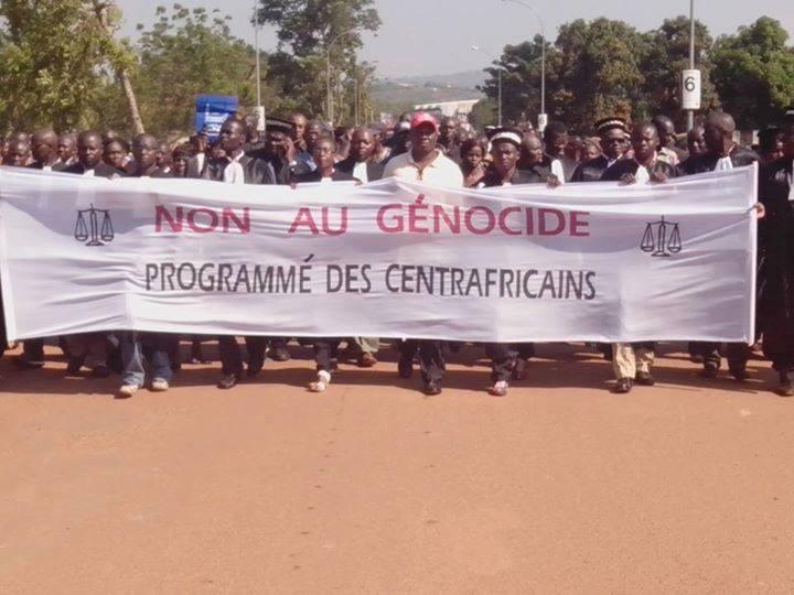 Des magistrats et des civils manifestent le matin du 22 novembre dernier à Bangui. Crédit photo : Sylviane Augé