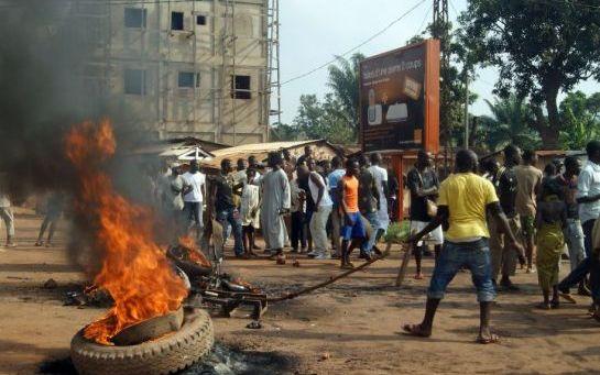 Bangui (Centrafrique), dimanche. Le meurtre d'un haut magistrat, abattu en pleine rue la veille, a déclenché un début d'émeute. (AFP/Pacôme Pabandji.)