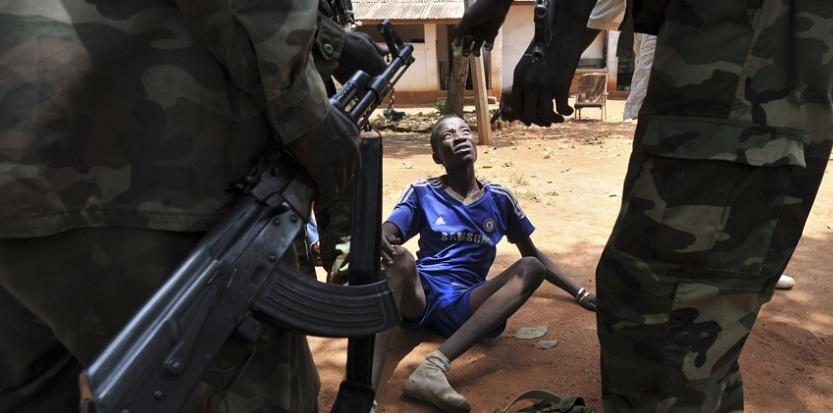 Le 26 mars 2013, dans la capitale centrafricaine, Bangui, la Séléka arrête un homme soupçonné de pillages. (AFP / SIA KAMBOU)