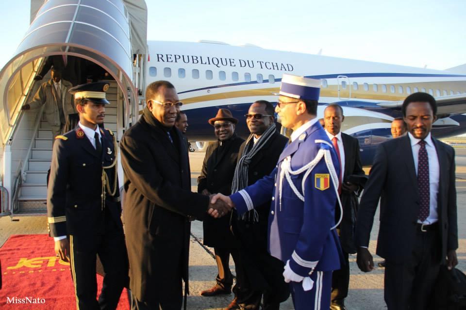 Idriss Déby acceuilli à l'Aéroport Le Bourget, à Paris lors de son arrivé en France. Crédit photo : Ambassade du Tchad
