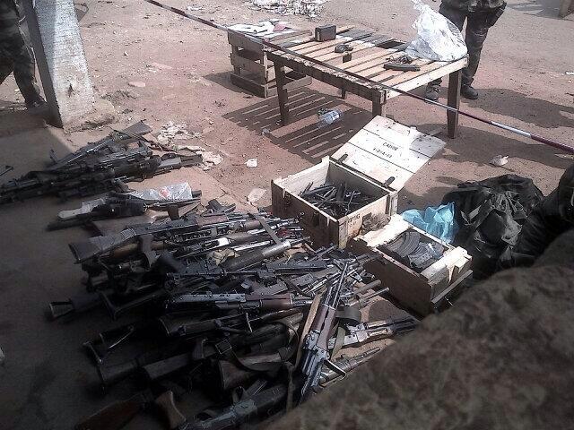 Un arsenal d'armes de guerre récupérés à Bangui par l'armée française. Crédit photo : @fxmenage/Twitter