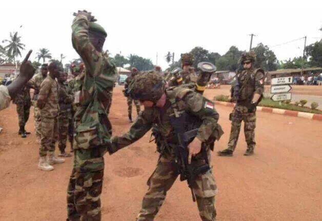 Un soldat français fouille un ex-Séléka avant de le laisser à une foule en furie, prêt au lynchage. Crédit photo : Sources