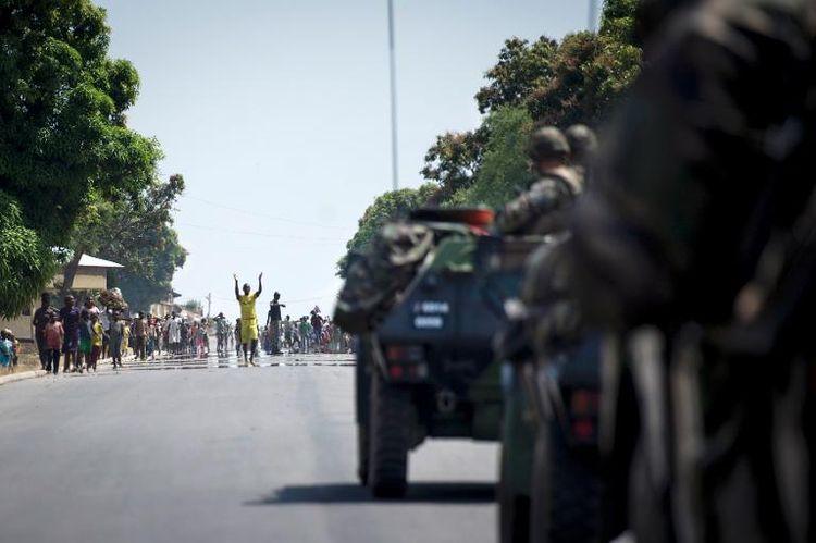 Des habitants de Bouar accueillent les soldats français, le 7 décembre, en Centrafrique. (Photo Fred Dufour. AFP)