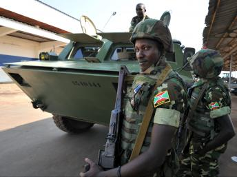 Des soldats burundais arrivés en Centrafrique dans le cadre de la Misca, le 15 décembre 2013. AFP PHOTO / SIA KAMBOU