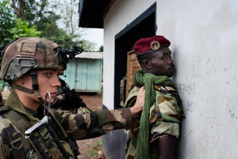 Un soldat français de l'opération Sangaris désarme un combattant de l'ex-Séléka. Crédit photo : Sources