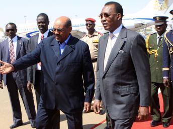 Le président soudanais, Omar el-Béchir, a reçu son homologue tchadien Idriss Déby, le 8 février 2012. Reuters/Mohamed Nureldin Abdallah