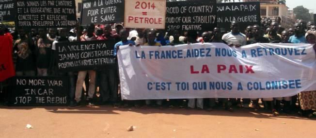Des citoyens centrafricains manifestent devant l'ambassade de France à Bangui, le 1er janvier 2013. © WONGOUE / CHINE NOUVELLE/SIPA.