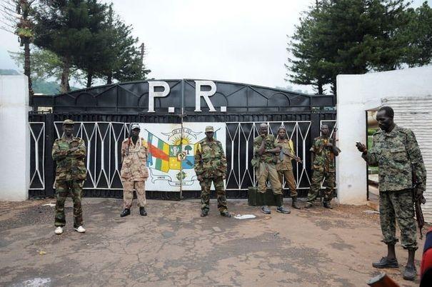 La garde présidentielle issue de l'ex-Séléka devant le Palais présidentiel à Bangui, le 25 mars 2013 afp.com/Sia Kambou