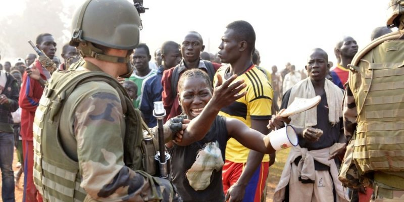 Des soldats français interviennent lors d'affrontements en chrétiens et musulmans. © PHOTO AFP MIGUEL MEDINA