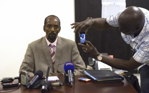 Abakar Sabone, lors d'une conférence de presse. Crédit photo : Francetvinfo.fr