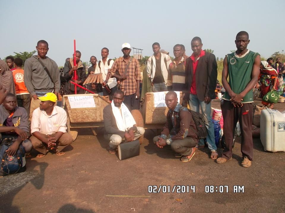 Les étudiants tchadiens bloqués à Bangui, réunis hier à l'aéroport militaire M'Poko. Crédit photo : Alwihda Info