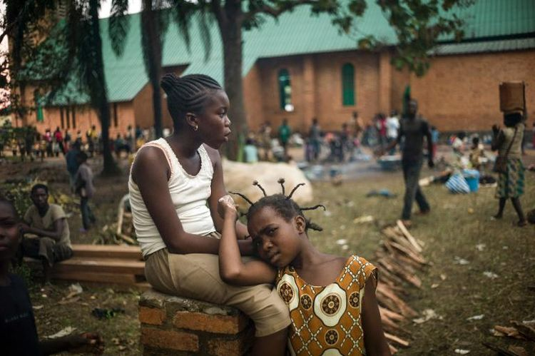 Des habitants se regroupent dans les jardins de l'archevêché à Bangui, le 8 décembre 2013, pour échapper à la violence. (Photo Fred Dufour. AFP)