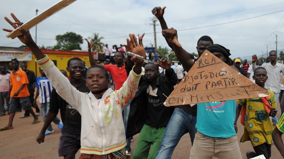 Des adolescents centrafricains réclamant la démission du président Djotodia, le 10 décembre 2013 dans les rues de Bagui (Centrafrique).  (SIA KAMBOU / AFP)