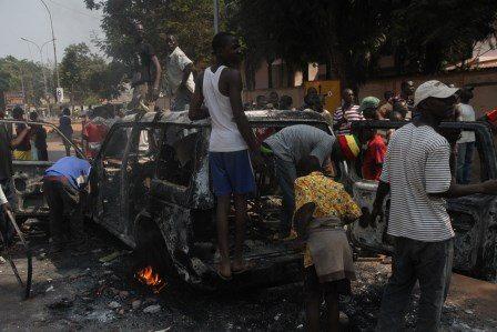 Les populations brûlent un véhicule intercepté par la MISCA. Le véhicule transporterait des armes et d'ex-Séléka. © Diaspora Media