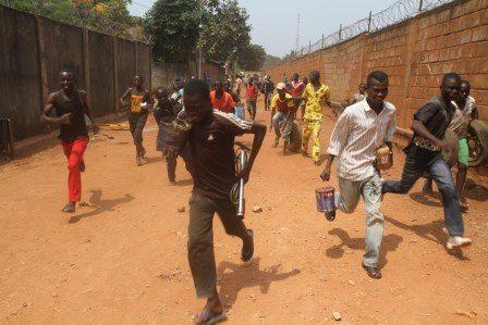L'armée française intervient pour disperser des pillards. © Diaspora Media