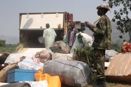 Un soldat tchadien monte la garde à côté du camion de l'armée qui s'est renversé à Bangui. © Diaspora Media