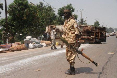 Un soldat tchadien muni d'un lance roquette monte la garde à côté du camion de l'armée qui s'est renversé à Bangui. © Diaspora Media