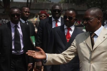 Nguendet, le Président du CNT aujourd'hui, entouré de sa garde rapproché lors d'une rencontre avec l'armée centrafricaine. Photo : Diaspora Media