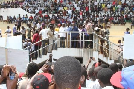 Le candidat Emile Gros Raymond Nakombo devant des centaines de jeunes de Bangui, ce matin © Diaspora Media