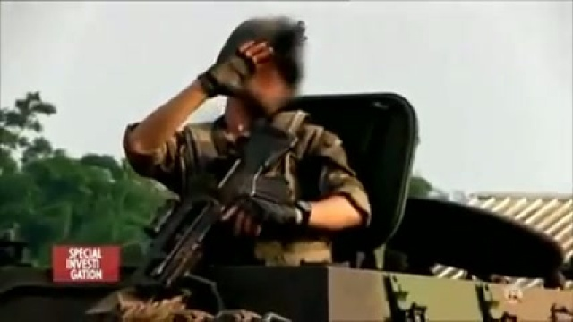 Un soldat français cache son visage lors de négociations avec les Anti-Balaka, dévoilé lors du reportage spécial investigation sur une chaîne française.