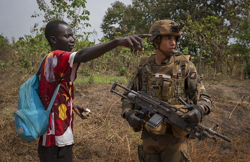 Un soldat français de l'opération Sangaris et un civil centrafricain. Sources : EMA  Droits : Ministère de la Défense