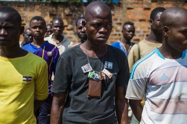 """Des """"anti-balaka"""" avant le début d'un meeting le 13 février 2014 à Boy-Rabe un quartier de Bangui (Photo Fred Dufour. AFP)"""