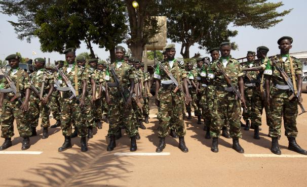Des soldats burundais de la Misca mandatée par l'ONU, le 19 décembre 2013, à Bangui (Centrafrique). (IVAN LIEMAN / AFP)