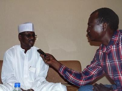 François Djékombé, interviewant Baba Ladé le 11.02.2014, N'Djamena
