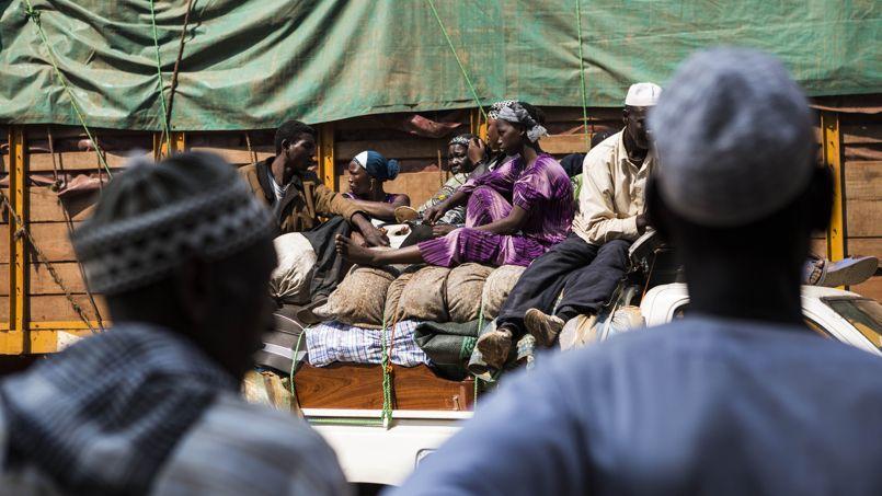 Des musulmans fuient Bangui à bord d'un convoi de plus de 100 véhicules, le 14 février. Crédits photo : Laurence Geai/SIPA/SIPA