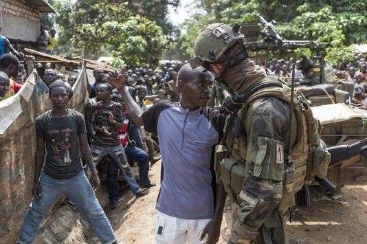 Un soldat français interpelle un anti-Balles Ak à Bangui. Crédit photo : Source