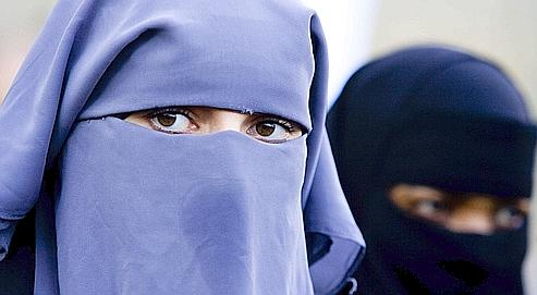 Deux femmes portant la burqa. Photo : Fred Ernest/Associated Press