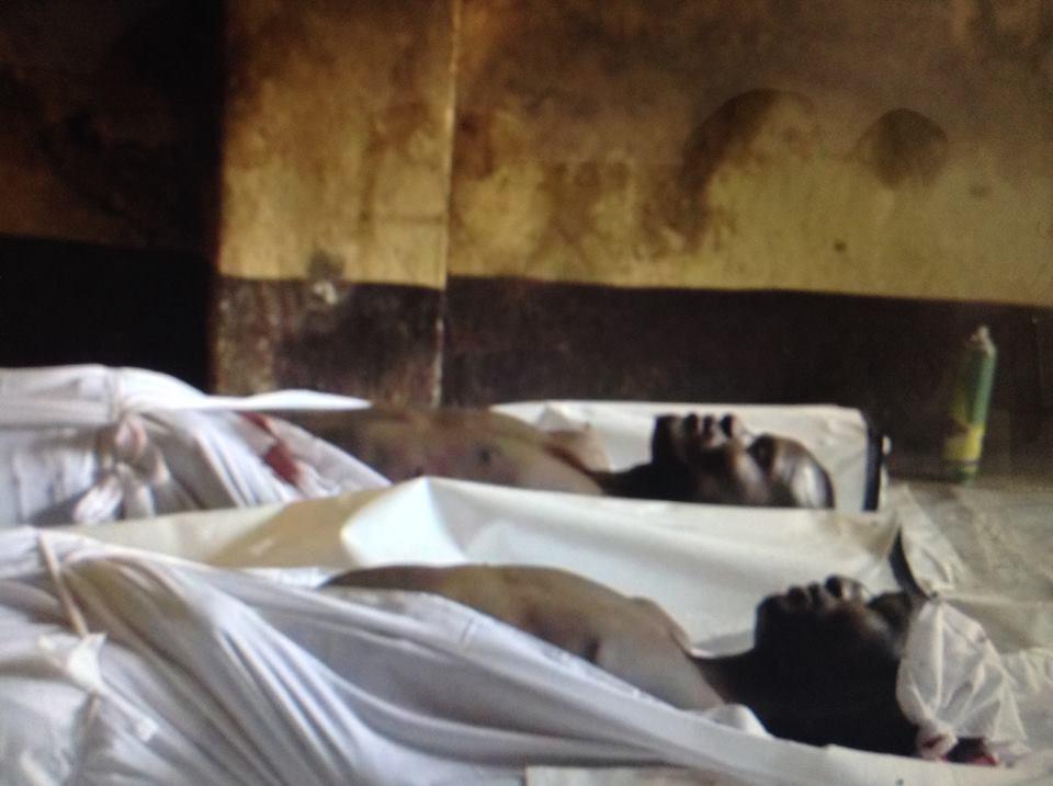 Les corps de deux victimes dans une mosquée à Bangui, tués ce week-end.
