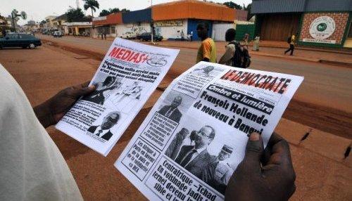Des journaux centrafricains annonçant la visite de François Hollande à Bangui, le 27 février 2014 ( AFP - Sia Kambou )