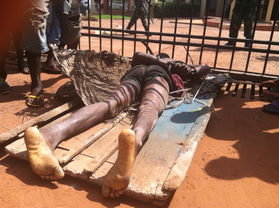 Le cadavre d'un homme devant les portes de la Primature à Bangui. Crédit photo : Diaspora Media