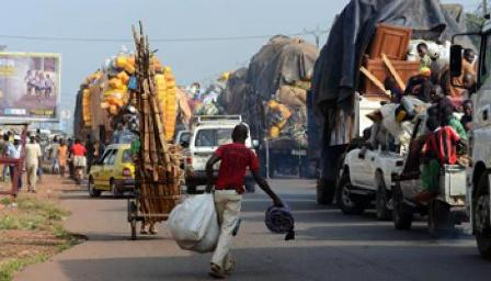 Un grand convoi de camions et taxis qui fuient les violences en Centrafrique. Crédit photo : Sources