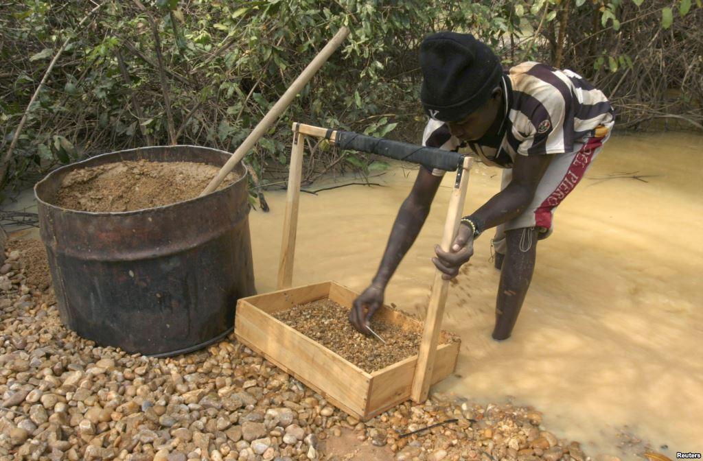 Un villageois à la recherche de diamants près d'une mine aux environs de Sam Ouandja, en RCA (photo non datée). Reuters