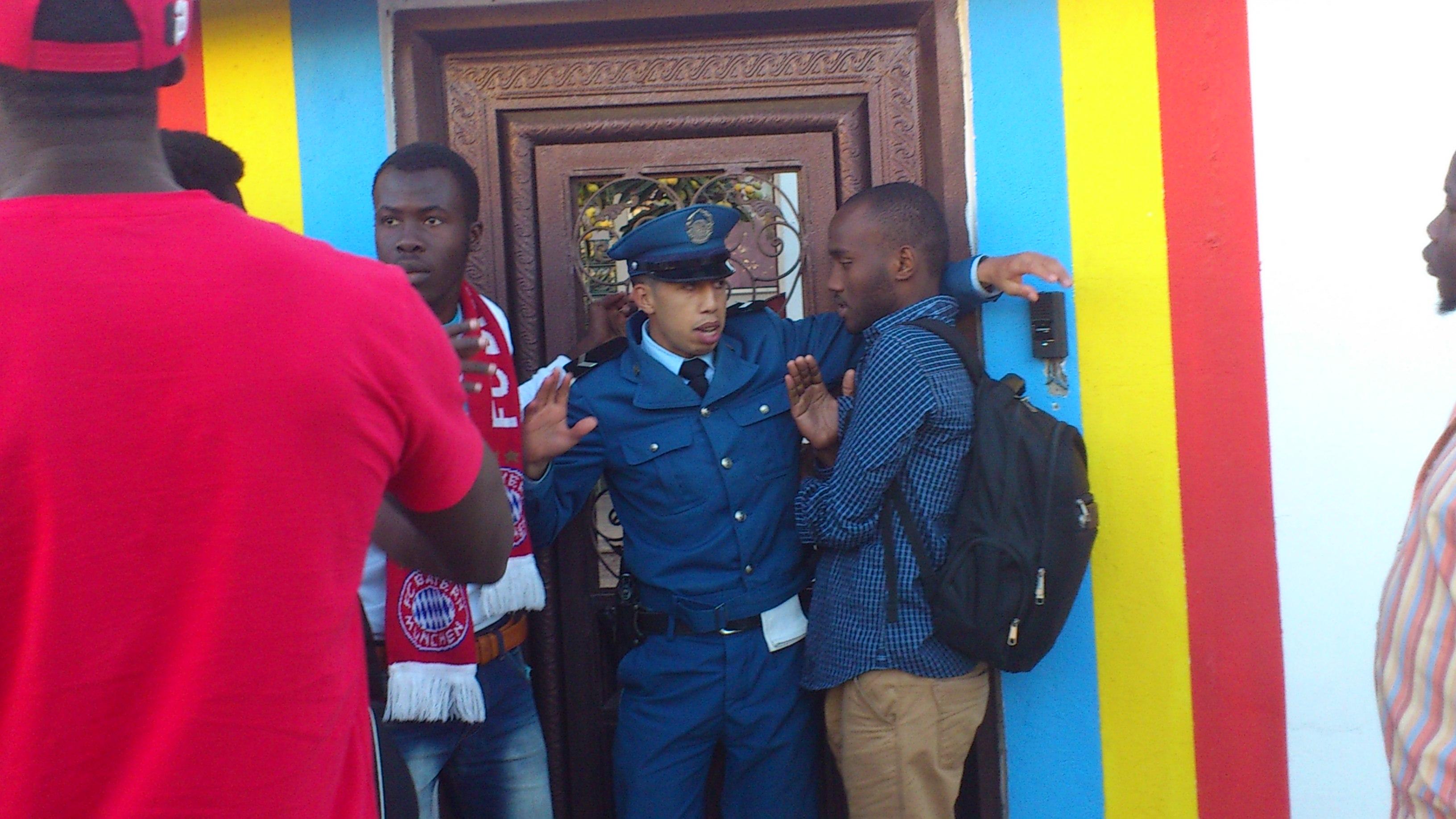 Un policier algérien tente d'empêcher les étudiants de pénétrer au sein de l'Ambassade. Crédit photo : Algérie-Focus