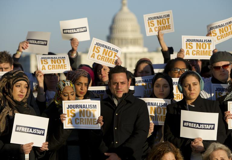 Des journalistes d'Al-Jazeera manifestent leur soutien à leurs collègues jugés en Egypte, le 27 février 2014 à Washington ( AFP/Archives - Saul Loeb )