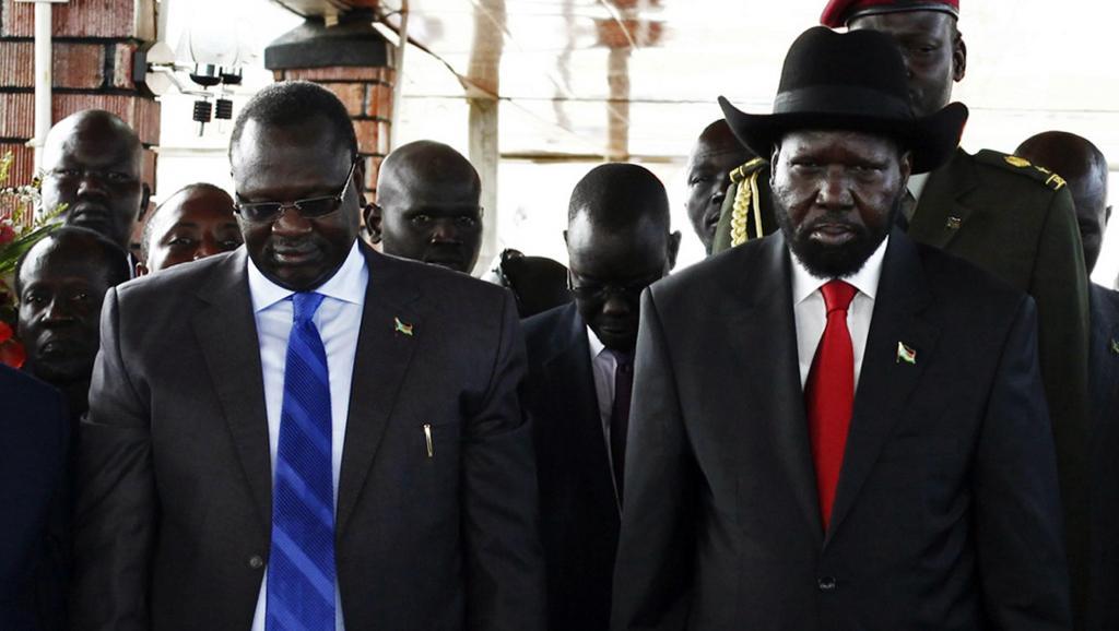 Riek Machar (G) et Salva Kiir (D) lors d'une cérémonie à Juba, au Soudan du Sud, en juillet 2013. REUTERS/Andreea Campeanu