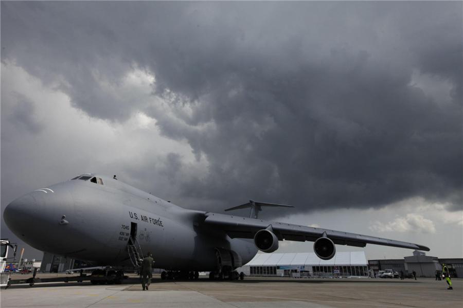 Un Lockheed C-5 Galaxy, avion cargo militaire de l'US Air Force, sur l'aéroport de Schönefeld près de Berlin, le 7 juin 2010. Le Lockheed C-5 Galaxy est le plus gros avion de transport militaire américain avec une charge utile maximale de 250 tonnes.