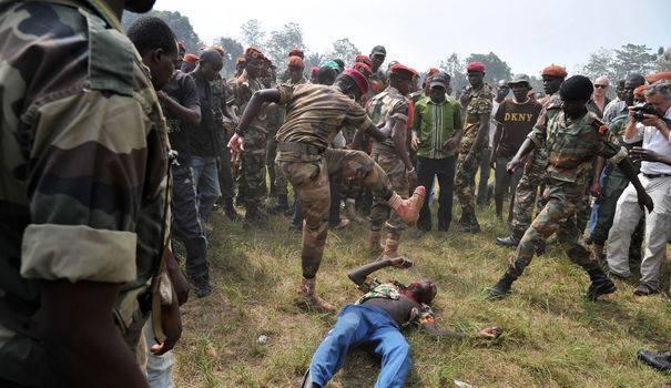 Un jeune homme en civil lynché par des soldats des Forces armées centrafricaines (FACA), réunis lors d'une cérémonie marquant leur reformation, en présence de la nouvelle présidente Catherine Samba Panza.