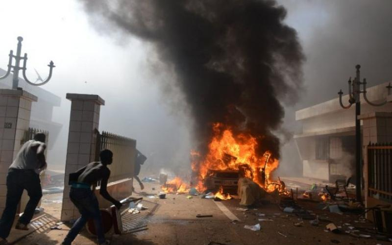 Burkina Faso: l'Assemblée incendiée, l'opposition demande le départ de Blaise Compaoré