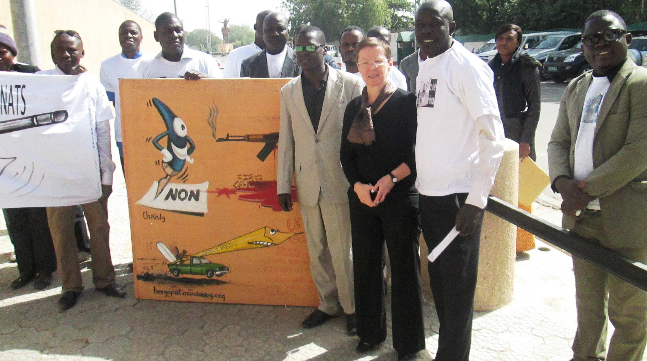 Les responsables des organes de presse devant l'Ambassade de France au Tchad