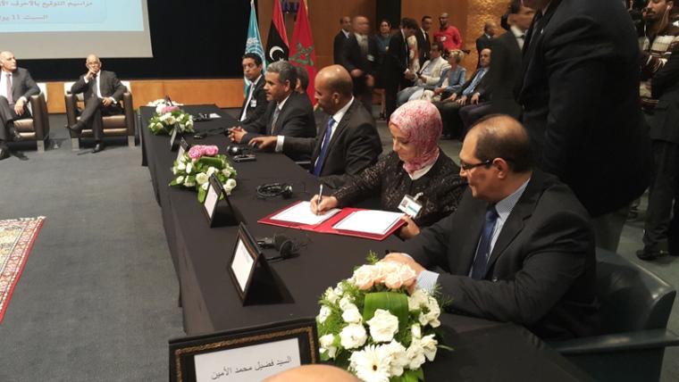 Les participants libyens paraphent un accord politique à Skhirat, au Maroc, le 11 juillet 2015. Photo MANUL
