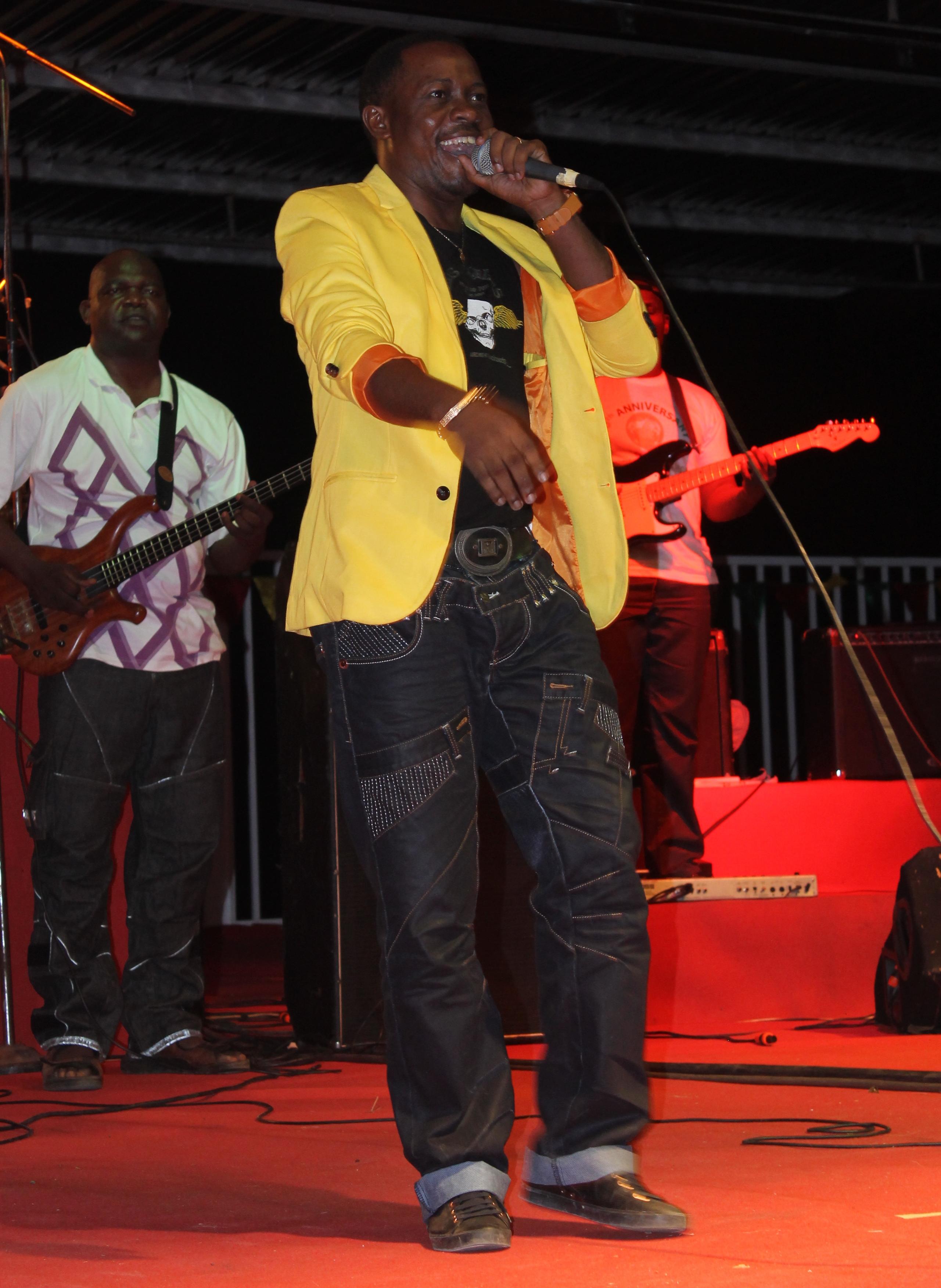 Le musicien Patou Bass sur scène à Buea lors du cinquantenaire de la Réunification du Cameroun.