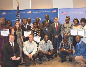L'ambassadeur des Etats-Unis au Cameroun, Michael Hoza (cravate rouge) pose avec les récipiendaires.
