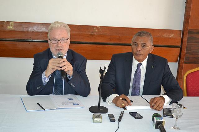 Juan Torrents (micro) et Olympio Salomon au cours de l'échange avec la presse.