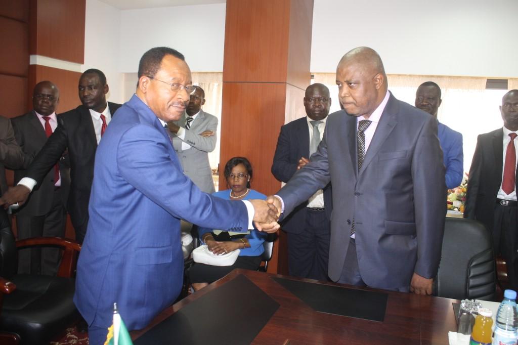 Le nouveau ministre des Travaux publics,  Emmanuel Nganou Djoumessi (à gauche), félicitant  le Pr Louis Max Ayina Ohandja (à droite), son secrétaire d'Etat chargé des routes.