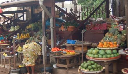Des produits alimentaires sur un marché de Yaoundé.