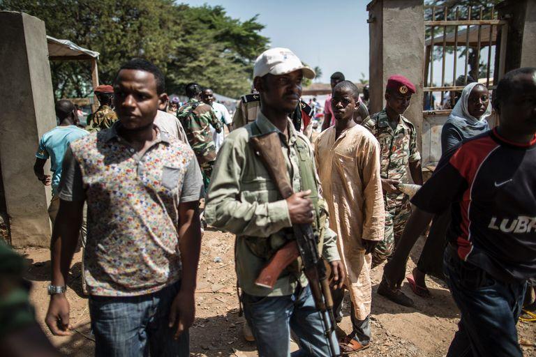 Des membres d'un groupe d'autodéfense musulman dans le quartier PK5 de Bangui près d'un bureau de vote. CRÉDITS : MARCO LONGARI / AFP